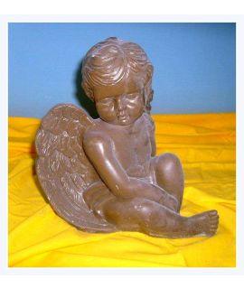 Aniołek siedzący zamyślony