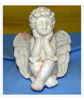 Uśmiechnięty podpierający się aniołek
