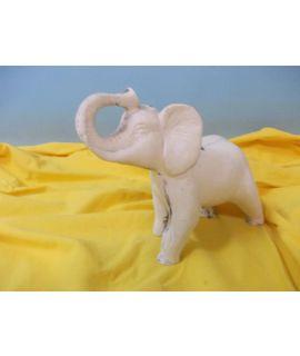 Słoń z uniesioną trąbą