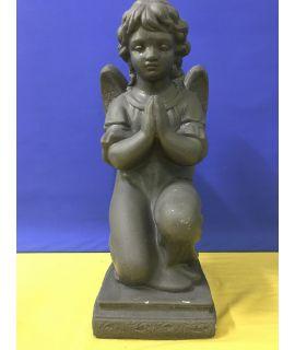 Duży modlący się anioł na podstawie