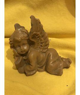 Malutki leżący aniołek