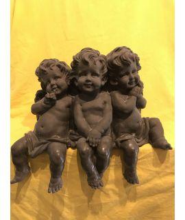Trzy siedzące aniołki