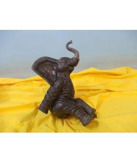 Duży słoń siedzący