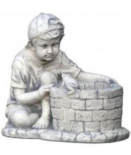 Chłopczyk przy studni z żabką