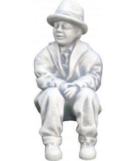 Chłopczyk w kapeluszu siedzący