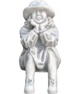 Dziewczynka w kapeluszu siedząca
