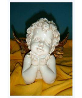 Aniołek uśmiechnięty leżący na brzuszku