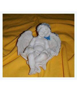 Mały drzemiący aniołek