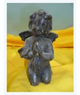 Klęczący mały nagi aniołek