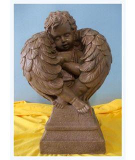 Piękny aniołek otulony skrzydłami