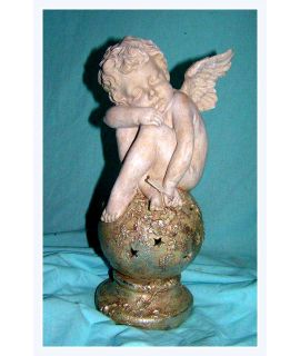 Aniołek Amorek śpiący na kuli