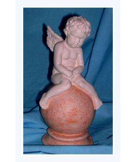 Aniołek siedzący na kuli