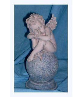 Aniołek śpiący na kuli