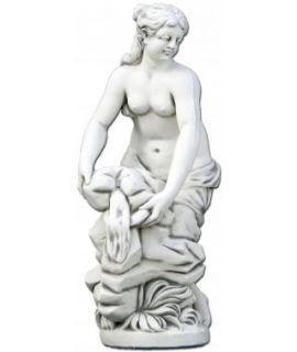 Figura półnagiej kobiety przelewającej wodę